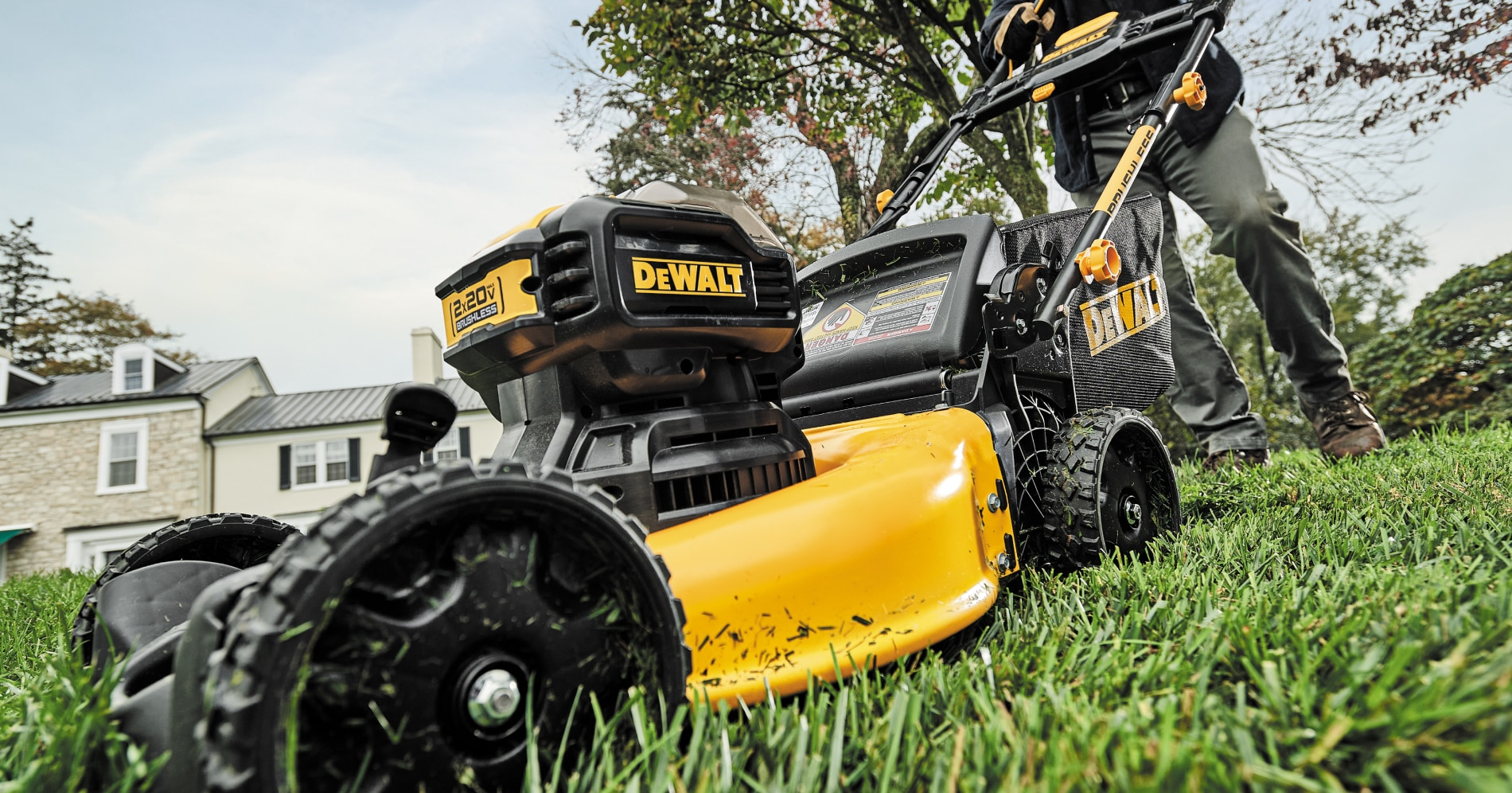 dewalt 2x20v max* 21-1/2 in. brushless cordless push mower (dcmwp233u2-ca) mowing grass